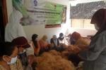 Tim PKM M Klinik Agromina Bahari UGM membuat bantal dari serabut kelapa. (Foto: dok. UGM)